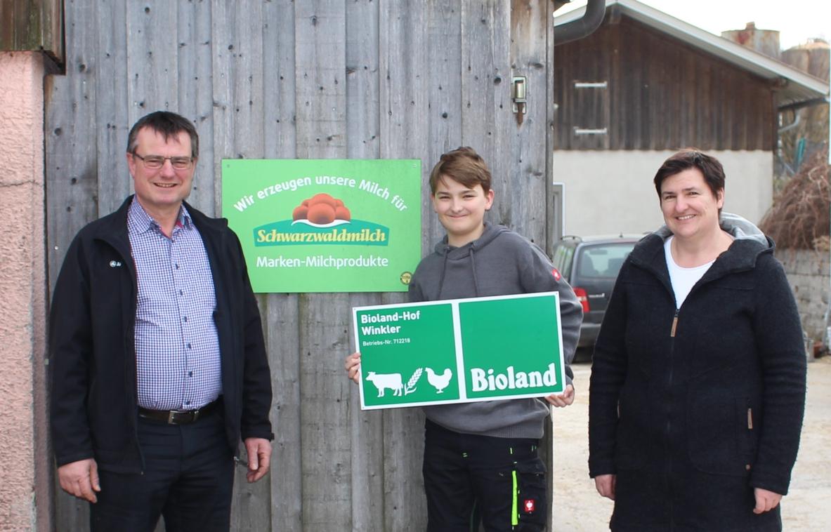 Familie Winkler hat ihren Hof in Ensingen auf ökologische Landwirtschaft nach Bioland-Kriterien umgestellt. Der Betrieb von Winklers ist einer von dreien, die unser Unternehmen in der Region bei der Umstellung auf ökologische Betriebsweise unterstützt.
